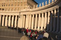Een grote niet geïdentificeerde menigte van toeristen en pelgrims, wacht in lijn om de Musea van Vatikaan van vroege ochtend in t Royalty-vrije Stock Afbeeldingen