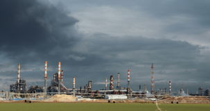 Een grote olieraffinaderij met rookstapels stock footage