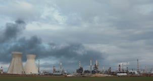 Een grote olieraffinaderij met rookstapels stock video