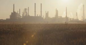 Een grote olieraffinaderij tegen de zonsopgang stock videobeelden