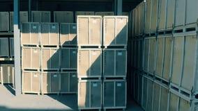 Een grote opslag met dozen, sluit omhoog