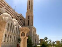 Een grote oude beige steen Arabische Islamitische Moslimmoskee, een tempel voor gebeden aan een god met een hoge toren in een war royalty-vrije stock afbeelding