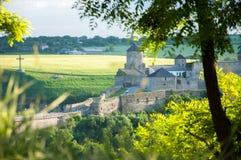 Een grote oude vesting in kamenetz-Podolsk Torens en muren van steen royalty-vrije stock afbeelding