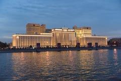 Een grote overheid die dichtbij de rivier in de avond bouwen Royalty-vrije Stock Afbeelding