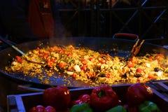 Een grote pan van paella stock fotografie