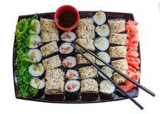 Een grote plaat met een brede selectie van verschillende sushi Stock Foto's