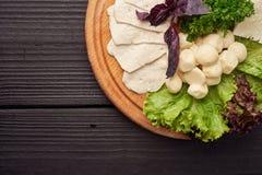 Een grote plaat van diverse soorten kaas op de houten restaurantplaat stock foto's