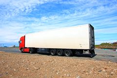 Een grote rode en witte vrachtwagen Royalty-vrije Stock Foto's