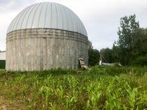 Een grote ronde beton en metaalschuur voor het opslaan van korrel en graan stock fotografie