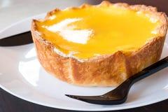 Een grote scherpe kaas vult met oranje jam klaar om met vork te eten Royalty-vrije Stock Foto