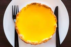 Een grote scherpe kaas vult met oranje jam klaar om met vork te eten Royalty-vrije Stock Afbeeldingen