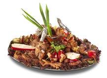 Een grote schotel met overvloed van vlees en groenten Royalty-vrije Stock Afbeeldingen