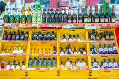 Een grote selectie van alcoholische dranken op de planken van de supermarkt Tekst op Rus: actie, rum, tequila, kapitein royalty-vrije stock afbeeldingen