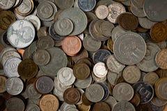 Een grote stapel van verschillende Russische muntstukken en muntstukken van andere landen stock foto's