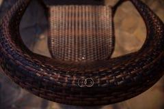 Een grote stoel maakte van geweven takken en trouwringen op een stoel Stock Foto's