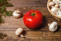 Een grote tomaat met paddestoelen stock fotografie