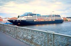 Een grote veerboot bij de pijler in St. Petersburg Stock Afbeeldingen