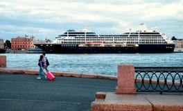 Een grote veerboot en toeristen op de haven in St. Petersburg Stock Foto's