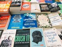 Een Grote Verscheidenheid van Boeken voor Verkoop in BibliotheekBoekhandel Stock Foto's