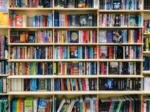 Een Grote Verscheidenheid van Boeken voor Verkoop in BibliotheekBoekhandel Royalty-vrije Stock Afbeelding
