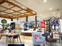Een grote verscheidenheid van meubilair en het decor op vertoning bij een huis slaan klaar aan verbeterd op door klanten stock foto's