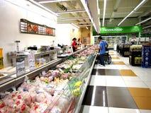 Een grote verscheidenheid van verse vleeswaren op vertoning bij een kruidenierswinkel slaat klaar aan verbeterd op door klanten Royalty-vrije Stock Afbeelding