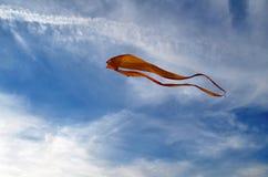 Een grote vlieger van gele kleur neigt naar omhoog in de hemel aan witte cirruswolken Royalty-vrije Stock Afbeelding