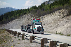 Een grote vrachtwagen dichtbij kip Alaska Stock Afbeeldingen