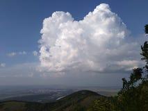 Een grote wolk boven de berg royalty-vrije stock afbeeldingen