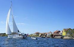 Een grote zeilboot die op de Zweedse westkust varen stock afbeeldingen