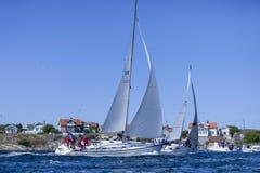 Een grote zeilboot i goede wind die in Zweedse westcoast varen stock afbeelding