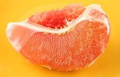 Een half gepelde grapefruit stock afbeeldingen