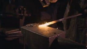 Een hamer met het aambeeld stock videobeelden