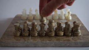 Een hand dat een stuk van schaakbord 3 beweegt stock videobeelden