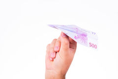 Een hand die een document vliegtuig houden maakte met een euro nota 500 Stock Foto