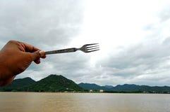 Een hand die een vork houdt   Royalty-vrije Stock Foto's