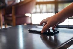 Een hand die en mobiele telefoon grijpen opnemen royalty-vrije stock fotografie