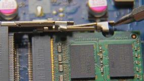 Een hand die een schroevedraaier houden installeert of herstelt computercomponenten stock videobeelden