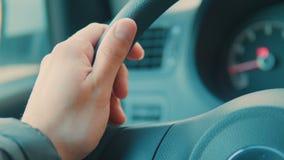 Een hand duwt de knoop van de cruisecontrole op een stuurwiel stock video