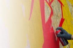 Een hand met een aërosol die een nieuwe graffiti op de muur trekt royalty-vrije stock foto