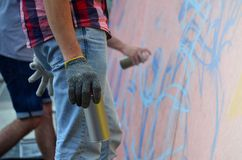 Een hand met een aërosol die een nieuwe graffiti op de muur trekt royalty-vrije stock foto's