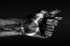 Een hand met een geschilderd tekenmannetje, toont fig., een teken van agressie, meningsverschil, een geschil op een donkere achte royalty-vrije illustratie