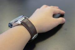 Een hand met het horloge Stock Afbeelding