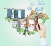 Een hand trekt schetsen van de beroemdste toeristische plaatsen op de lichtgroene achtergrond Het concept toerisme en sightse Stock Afbeeldingen