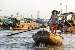 Een handelaar paddelt door de Cai Rang-het drijven markt binnen kan T Royalty-vrije Stock Afbeeldingen
