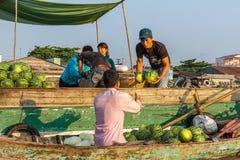 Een handelaar verkoopt watermeloenen aan reseller bij Cai Rang-het drijven Stock Foto