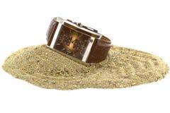 Een handhorloge op het zand Stock Afbeeldingen