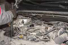 Een handtechnicus die of de motor van een moderne auto controleren bevestigen royalty-vrije stock fotografie