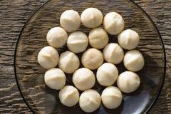 Een handvol pitten van macadamia noten stock afbeeldingen