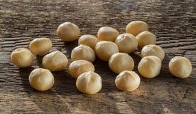 Een handvol pitten van macadamia noten stock fotografie